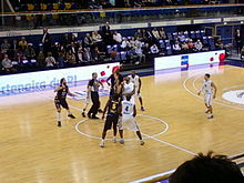 Vue des tribunes d'un engagement d'un match de basket-ball.