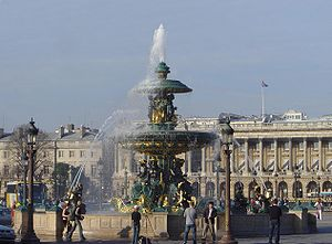 A fountain on the Place de la Concorde. Behind: the Hôtel de Crillon; to the left: the embassy of the United States of America.