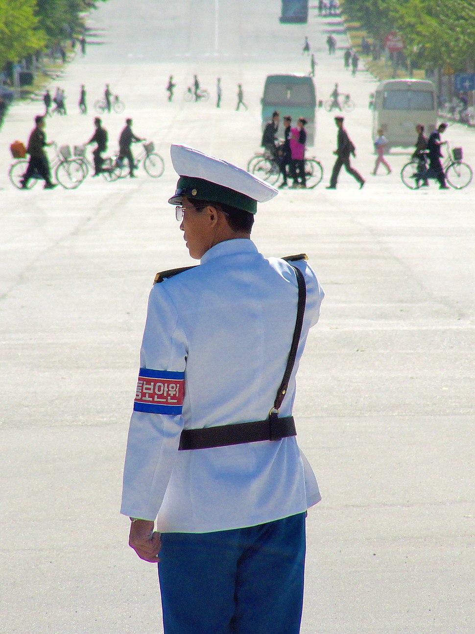 Police handling traffic in Kaesong 20080926 3