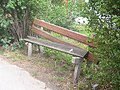 Práčská 83, rozpadlá lavička.jpg