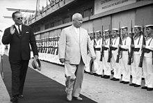 Foto von Chruschtschow und Tito, die eine Reihe von Matrosen überprüfen