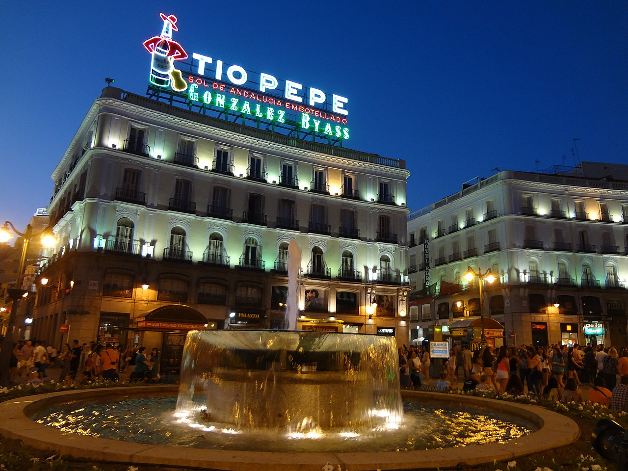 File puerta del sol in madrid spain 39 tio pepe neon for Hospedaje puerta del sol