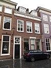 foto van Huis met eenvoudige empire lijstgevel in schoon werk met ingangsomlijsting en bovenlicht met segmentmotieven