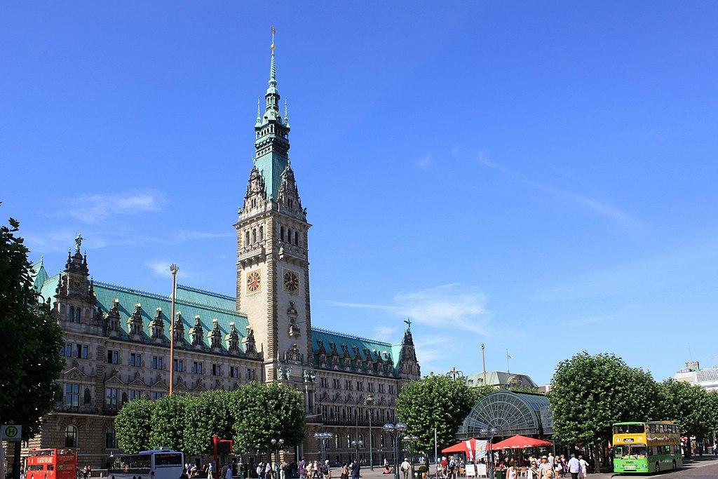 Rathaus Hamburg mit Vorplatz