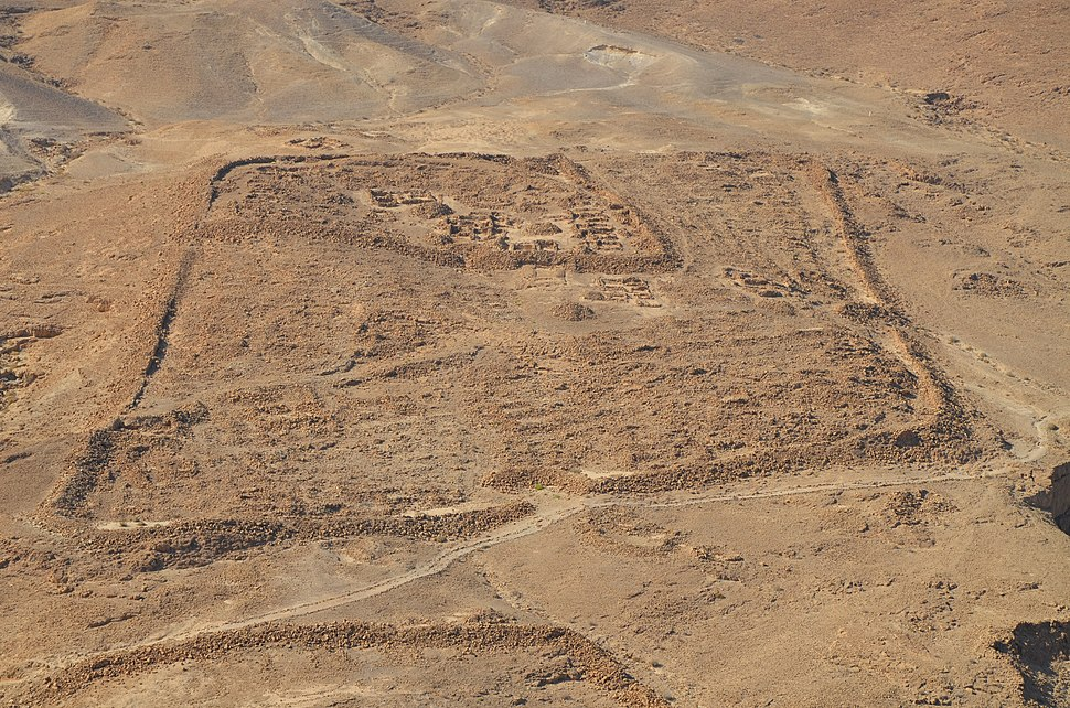 Remnants of Camp F, one of several legionary camps just outside the circumvallation wall around Masada seen from the hilltop, Masada (15458038518)