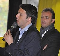 Matteo Renzi con il parlamentare del PD Matteo Richetti nel 2012.