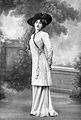 Robe d'après-midi par Redfern 1910 cropped.jpg