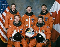 Derrière : William McArthur, Jerry Ross et Chris HadfieldDevant : James Halsell et Kenneth Cameron