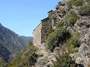 Ermita romànica a la Parròquia de Sant Julià de Loria Une semaine au sommet d'Andorre: le tour d'Andorre avec le GRPais . Le parcours a été conçu afin d'admirer de l'intégralité des paysages des Pyrénées durant une semaine. Une fois le trajet accompli, le Ministère du tourisme vous délivrera un diplôme accréditant votre participation au GR. Andorre-la-Vieille, D'une superficie de 500 km², L'Andorre est l'un des plus grands des petits pays d'Europe. Son relief abrupt et montagneux est formé par 72 pics de plus de 200 mètres d'altitude, délimités par deux vallées oscillant entre 2.942 m (Pic de la Comapedrosa) et 838 mètres (point frontalier avec la catalogne). Ses particularités en font une destination idyllique pour participer à des excursions et réaliser des activités en pleine montagne.  Le GRPaís offre l'opportunité de parcourir Andorre en marche libre : Il s'agit d'un circuit d'environ 100 kilomètres sans passages difficiles ou dangereux coïncidant avec des tronçons du GR-7, GR-11 et des GRTransfrontaliers. Le GRPaís parcourt le pays dans son intégralité pour que  petits et grands aventuriers puissent admirer les paysages d'Andorre. Le circuit est divisé en 7 étapes, d'environ 14 km chacune, spécialement conçues pour pouvoir profiter de l'environnement naturel. Le parcours à été imaginé pour être réaliser en 6 ou 7 jours, en fonction des différents refuges présents sur le trajet.De fait, il s'agit du parcours proposant le plus de refuges de tout le pays : une quinzaine répartis tout au long du chemin sur des sommets ou dans des vallées. Le GRP dispose de 4 points d'accès : le village de Aixovall situé dans la paroisse de Sant Julià de Lorià, le village de Bordes d'Envalira de la paroisse d'Encamp, la vallée de Incles en Canillo et le village de Llorts située à Ordino.  Si l'on prend en compte le village d'Aixovall comme point de départ, le GPR se divise en sept étapes de même durée : 1. Aixovall- Refuge de Claror: durant cette première étape, les randonneurs tra