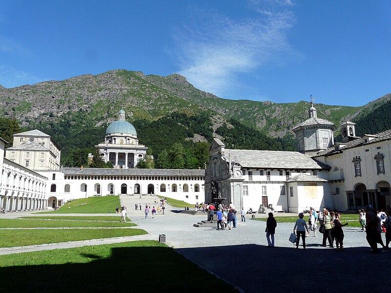 800px-Santuario_di_Oropa-piazzale_Sacro4