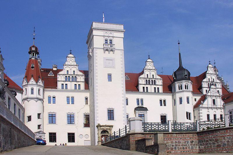 Datei:Schloss Boitzenburg Auffahrt Parkseite SO Burg in 1275 Uckermark Brandenburg Foto Wolfgang Pehlemann DSCN8535.jpg
