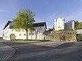 Schlosshofen Außenansicht 2017 Front Raitenauer von Straße und-Schloss-im-Hintergrund.jpg