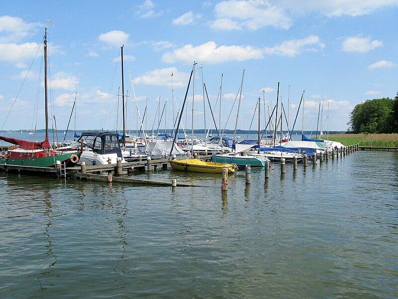 File:Schwerin Bundesgartenschau Boote Schweriner See 2009-05-24 120.jpg