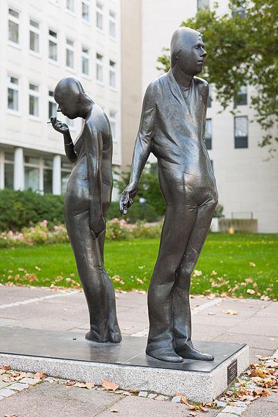 File:Sculpture Die Begegnung Waldemar Otto Hildesheimer Strasse Hanover Germany 01.jpg