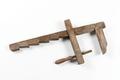 Skruvknekt med ställning och sadel av ek och arm av ask - Skoklosters slott - 93139.tif