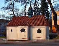 Smíchov, kaple Nanebevzetí Panny Marie zboku.jpg