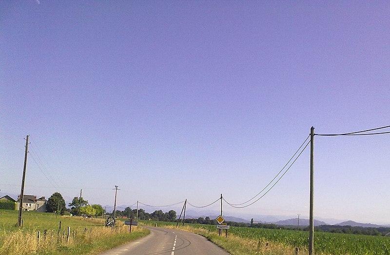 File:Sortie de Bastanès avec vue sur les Pyrénées.jpg