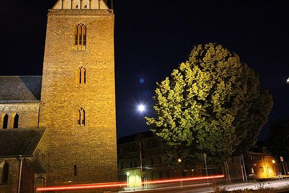 St.Marien mit sogenannter Lutherlinde, Nachtaufnahme, 2013.jpg