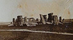 vecchia fotografia di Stonehenge con pietre rovesciate