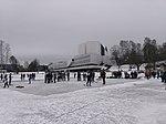 Töölönlahden jääkarusellissa pelattava jääkiekko-ottelu Finlandia-talon edustalla.jpg