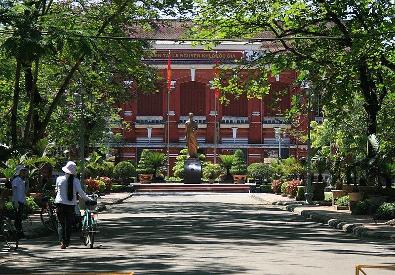 Tập tin:Tượng Nguyễn Tất Thành tại Quốc Học Huế.jpg