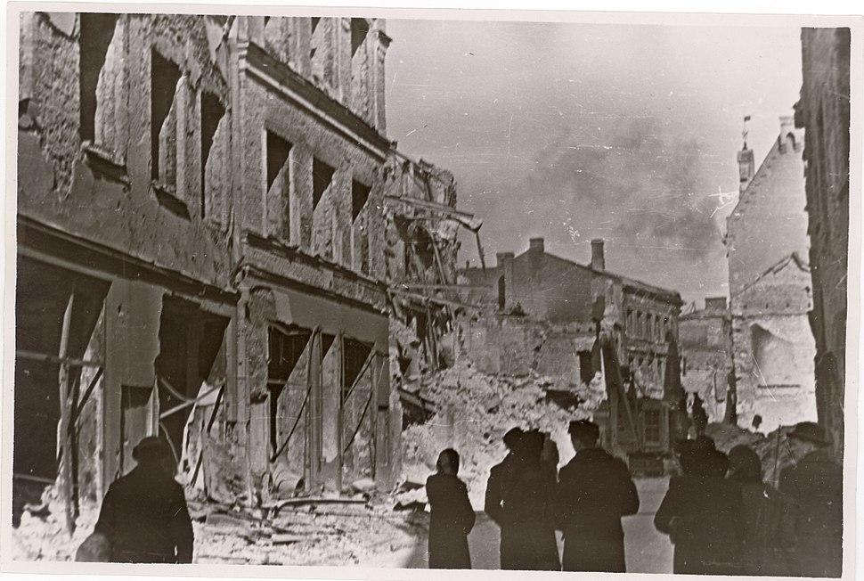 TLA 1465 1 973 Varemetes Harju tänav, vasakul Kuld Lõvi varemed 1944