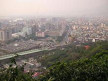 Taipei di giorno, con lo Shilin Night Market a destra, e la stazione della metro di Jiantan a sinistra.