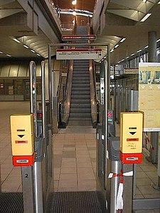 Tourniquets bij metrostation Schiedam Centrum