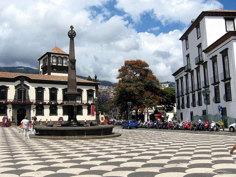 Ficheiro:Town Hall Square Funchal.jpg