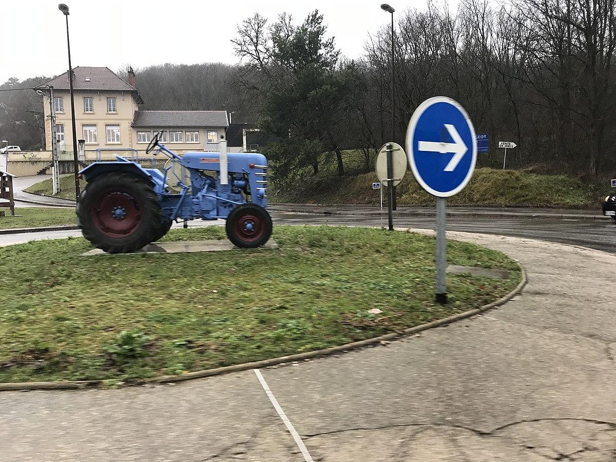File Tracteur Bleu Sur Rond Point A Port Lesney Jura 2 Jpg