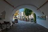 Traun Schloss Eingang-4088.jpg