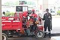 Tricycle à la station à essence.jpg