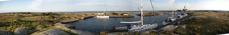Panoramavy af tvillingøn Utklippan i juli 2009;   vy i retning sydøstfra det lille havnebassin på den nordlige ø.
