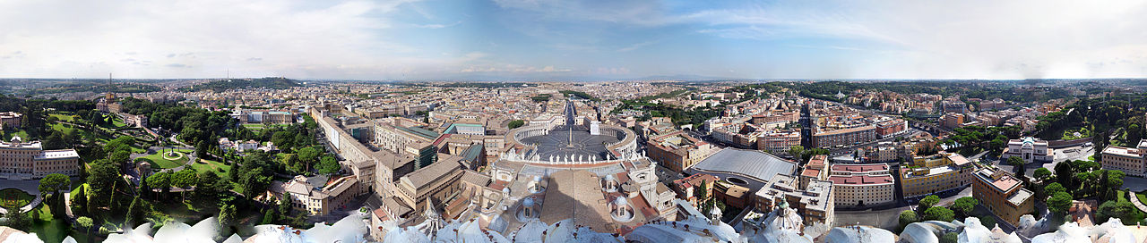 Vista en 360 grados, desde el domo de la Basílica de San Pedro, que permite apreciar buena parte de la Ciudad del Vaticano, con la plaza de San Pedro (al centro) y la ciudad de Roma (al fondo).