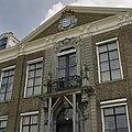 Voorgevel, detail- balkon en fronton boven de middenrisaliet - Koudekerke - 20378321 - RCE.jpg