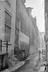 """foto van Tweelinghuis met gezamenlijke gevel van het """"type met kleine blokjes"""" onder niet-oorspronkelijke trapeziumtop"""