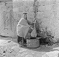 Vrouw tapt water bij een kraan, Bestanddeelnr 255-0097.jpg