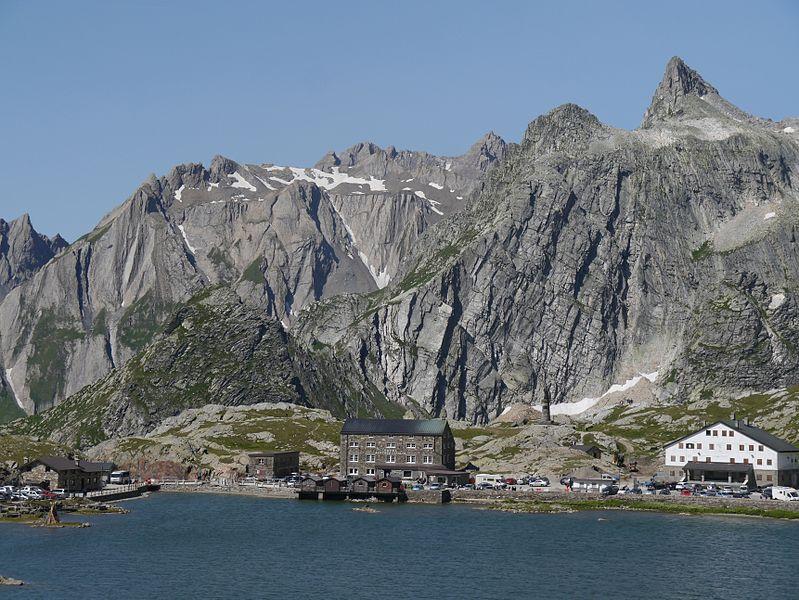 File:Wallis Grand-St.-Bernard Schweizer Passhöhe nach Italien 5.JPG