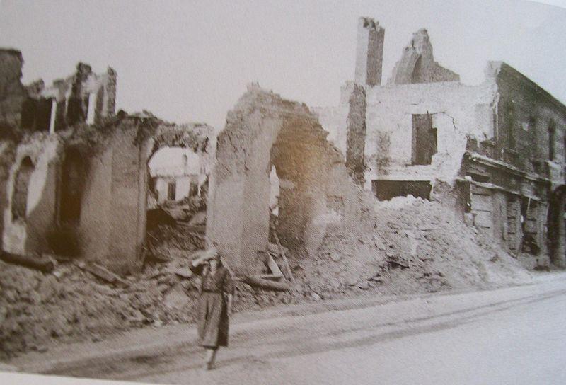 File:Wielun zbombardowaneCentrum zbombardowaneDom2.jpg - Wikimedia ...