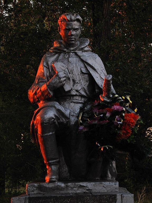 Монумент над братською могилою у селі Леніна