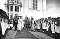 Николай II, Александра Фёдоровна и наследник Алексей проходят мимо учениц Смоленского епархиального училища.jpg
