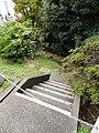 狸穴坂から続く崖 - panoramio.jpg