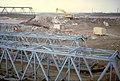 099R13160183 Reichsbrücke, Westseite, Blick stromaufwärts, Ersatzbrücken werden wieder demontiert und die Tragwerke mit Schiffskränen.jpg