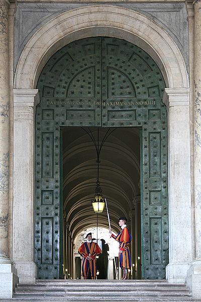 File:0 Gardes suisses - Porte de bronze - Entrée du Palais apostolique du Vatican.JPG