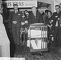 10 jaar Kris Kras (jeugdblad), de opening van de tentoonstelling door mr. A. de , Bestanddeelnr 917-0748.jpg