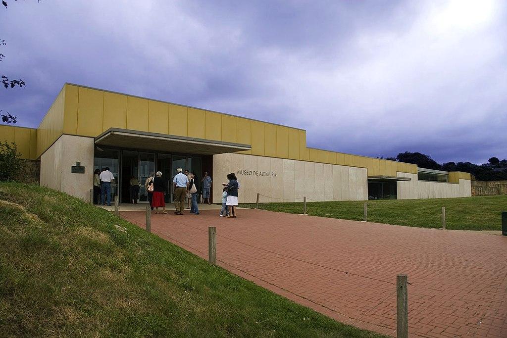 18 Entrada principal del Museo de Altamira.jpg