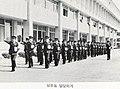 1980년 제2기 소방간부후보생2 학과 수업을 들으러 행진하는 모습.jpg