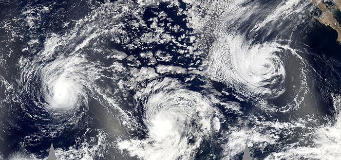 Trois cyclones dans le Pacifique nord-est lors de la saison 2005. De gauche à droite, les ouragans Jova et Kenneth, et la tempête tropicale Max