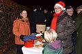 2013-12-21 9. Nachbarschaftstreffen Schwalbenberg, Celle, Angelika Meyer bietet selbstgebackene Kekse und heisse, nicht-alkoholische Getränke an, über die sich nicht nur Babette Märker unter ihrer Weihnachtsmütze freut.jpg