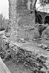 2e boogpijler onder oudste tufstenen ringmuur met links de uitloop van de latrine. de pijler is meermalen vernieuwd. - leiden - 20133497 - rce